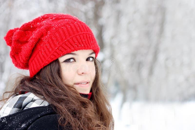 Junge hübsche Frau, welche die Kamera betrachtet lizenzfreies stockfoto