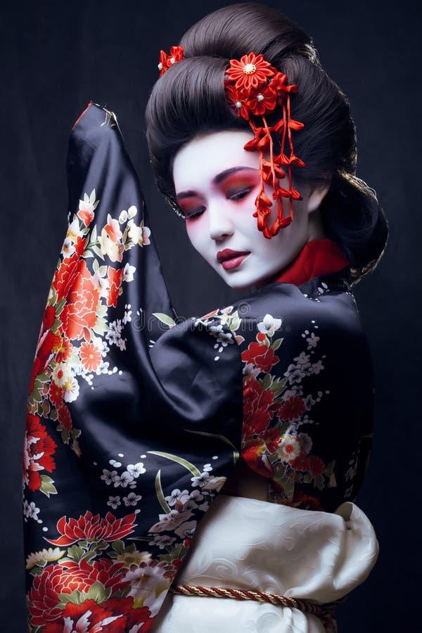 Junge hübsche Geisha im Kimono stockbild