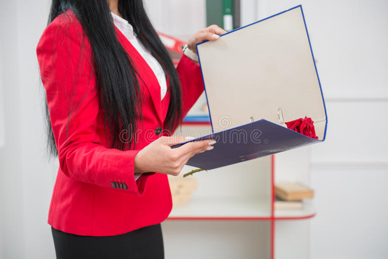 Junge hübsche Geschäftsfrau in der roten Jacke stockfotografie