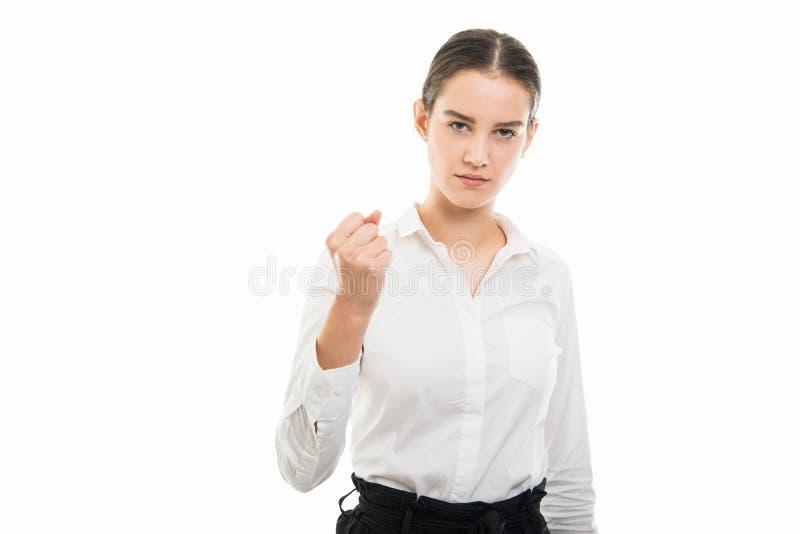 Junge hübsche Geschäftsfrau, die verärgerte Faustgeste zeigt lizenzfreie stockfotografie