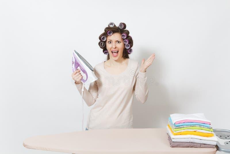 Junge hübsche Hausfrau Frau auf weißem Hintergrund Haushaltungskonzept Kopieren Sie Raum für Anzeige lizenzfreie stockbilder