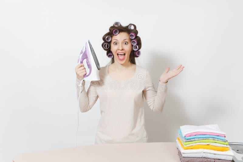 Junge hübsche Hausfrau Frau auf weißem Hintergrund Haushaltungskonzept Kopieren Sie Raum für Anzeige lizenzfreie stockfotografie