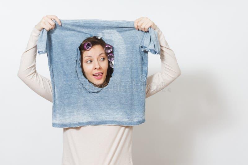 Junge hübsche Hausfrau Frau auf weißem Hintergrund Haushaltungskonzept Kopieren Sie Raum für Anzeige stockfotografie