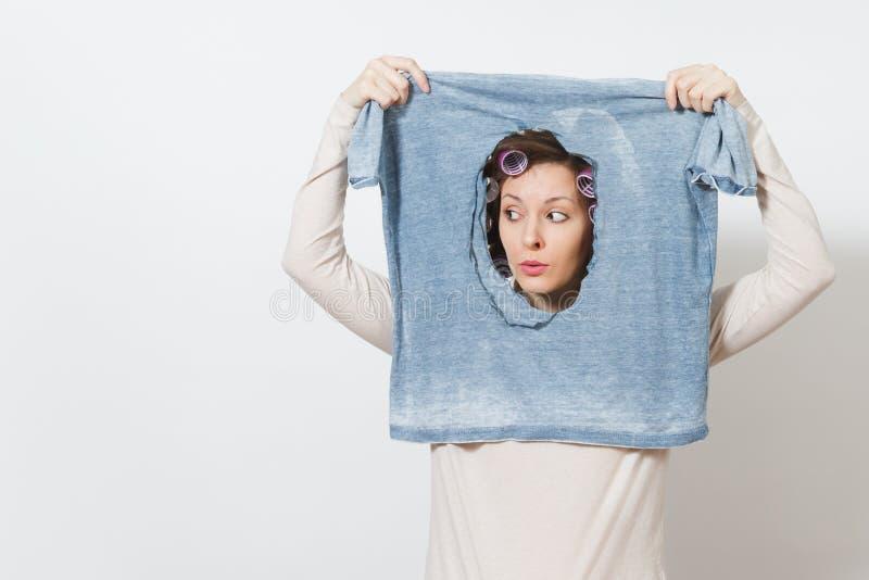 Junge hübsche Hausfrau Frau auf weißem Hintergrund Haushaltungskonzept Kopieren Sie Raum für Anzeige stockfoto
