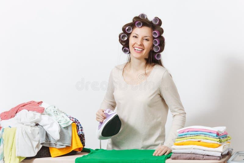 Junge hübsche Hausfrau Frau auf weißem Hintergrund Haushaltungskonzept Kopieren Sie Raum für Anzeige lizenzfreies stockbild