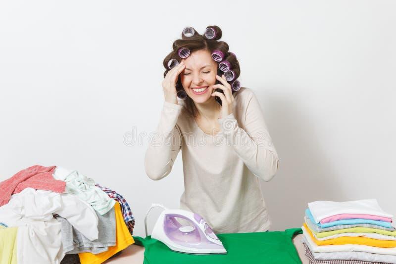 Junge hübsche Hausfrau Frau auf weißem Hintergrund Haushaltungskonzept Kopieren Sie Raum für Anzeige stockbilder