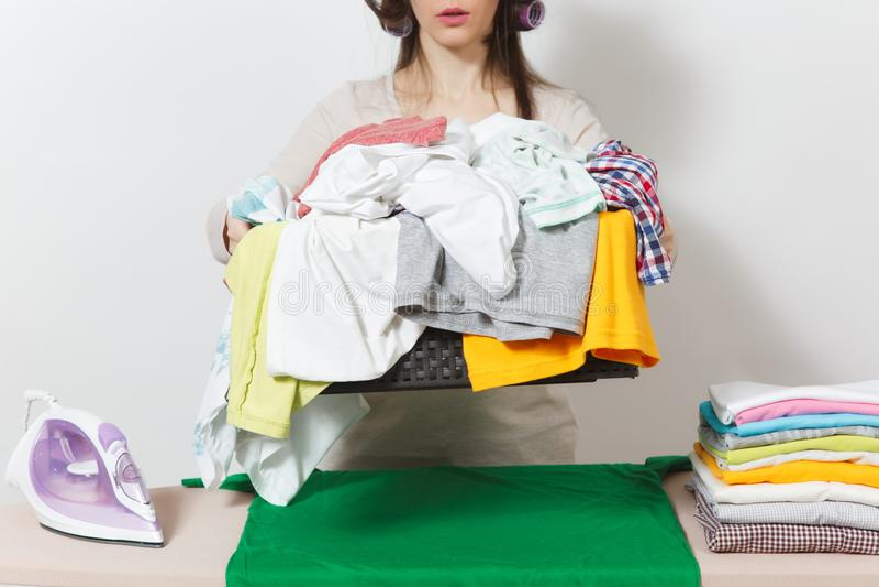 Junge hübsche Hausfrau Frau auf weißem Hintergrund Haushaltungskonzept Kopieren Sie Raum für Anzeige lizenzfreie stockfotos