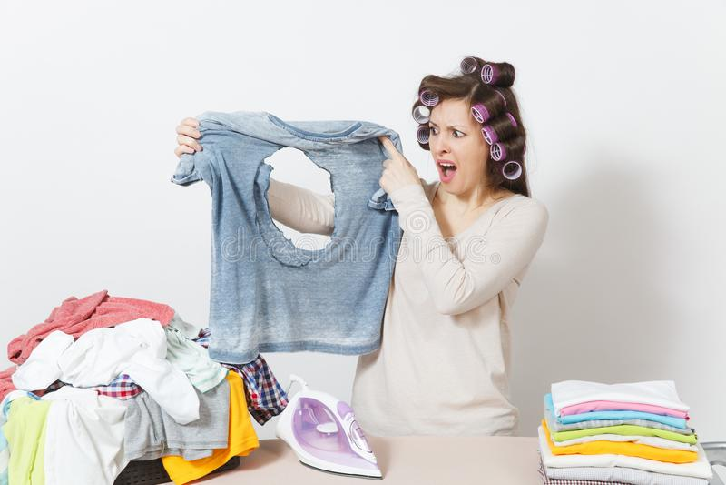 Junge hübsche Hausfrau Frau getrennt auf weißem Hintergrund Haushaltungskonzept Kopieren Sie Raum für Anzeige lizenzfreie stockbilder