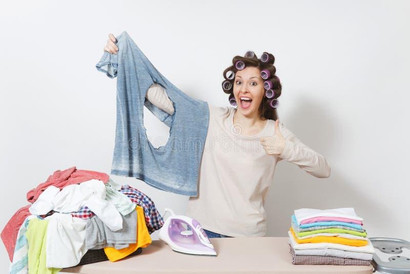 Junge hübsche Hausfrau Frau getrennt auf weißem Hintergrund Haushaltungskonzept Kopieren Sie Raum für Anzeige lizenzfreies stockbild