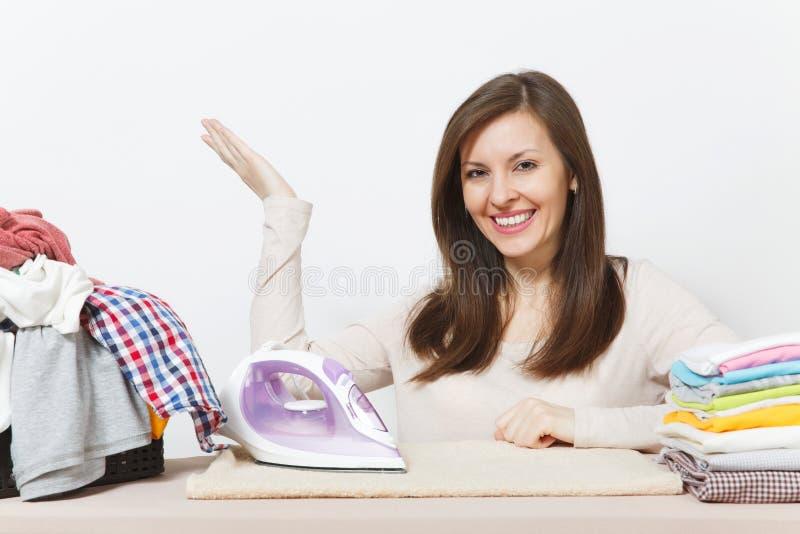 Junge hübsche Hausfrau Frau getrennt auf weißem Hintergrund Haushaltungskonzept Kopieren Sie Raum für Anzeige stockfoto
