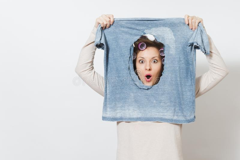 Junge hübsche Hausfrau Frau getrennt auf weißem Hintergrund Haushaltungskonzept Kopieren Sie Raum für Anzeige stockbilder