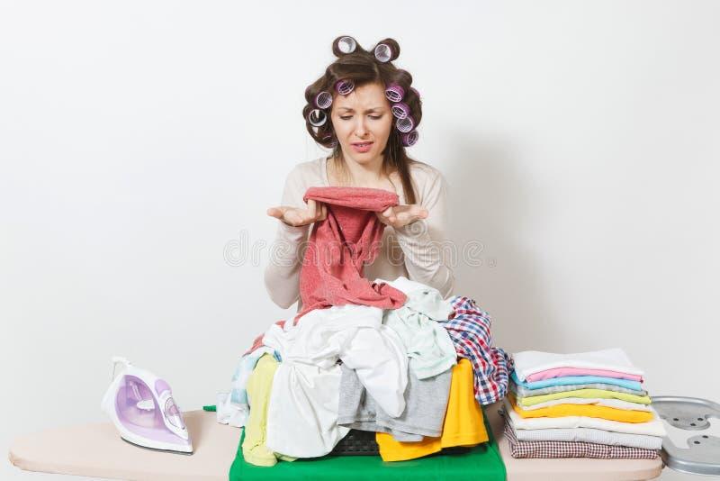 Junge hübsche Hausfrau Frau getrennt auf weißem Hintergrund Haushaltungskonzept Kopieren Sie Raum für Anzeige stockbild