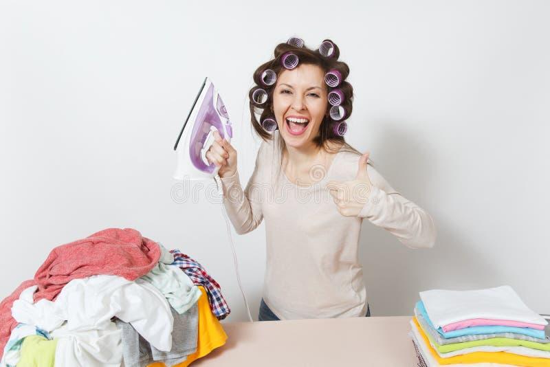 Junge hübsche Hausfrau Frau getrennt auf weißem Hintergrund Haushaltungskonzept Kopieren Sie Raum für Anzeige lizenzfreies stockfoto