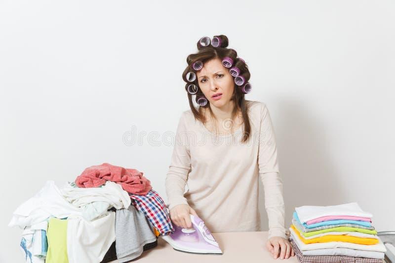 Junge hübsche Hausfrau Frau getrennt auf weißem Hintergrund Haushaltungskonzept Kopieren Sie Raum für Anzeige stockfotografie