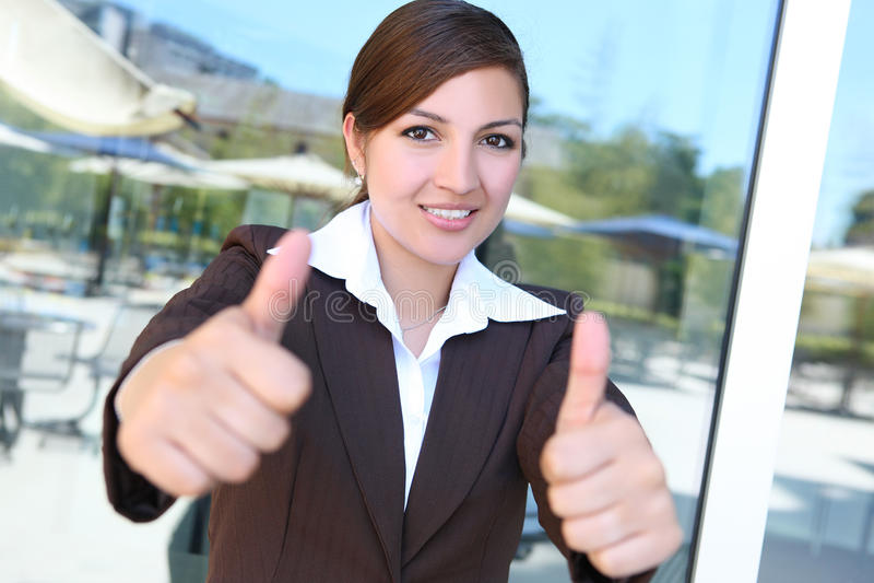 Junge hübsche hispanische Geschäftsfrau stockfoto