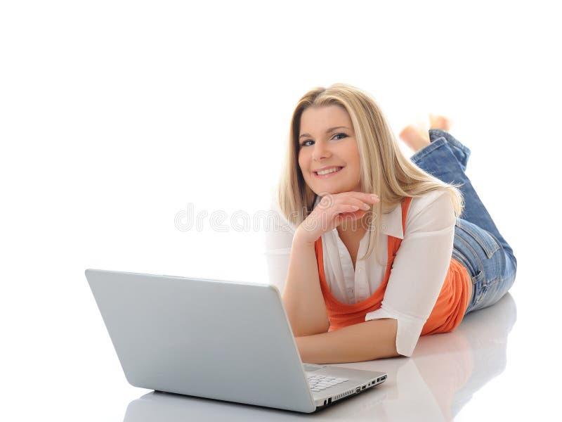 Junge hübsche Mädchenvernetzung auf Laptop-Computer stockbilder