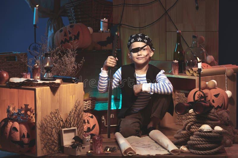 Junge in Halloween-Dekorationen stockfoto