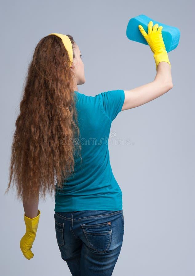 Junge Hausfraureinigung Hintere Ansicht lizenzfreie stockbilder