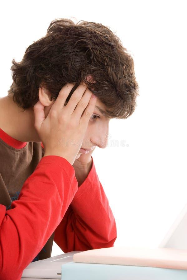 Junge hinter Schreibtisch stockbild