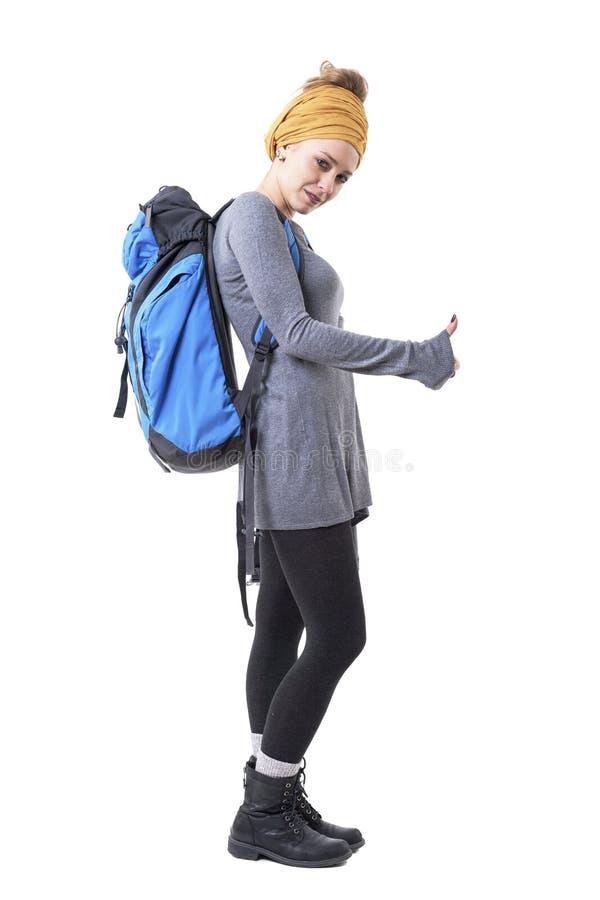 Junge Hippie-Frau des kühlen Wanderers mit Rucksack Kamera per Anhalter fahrend und betrachtend stockbild
