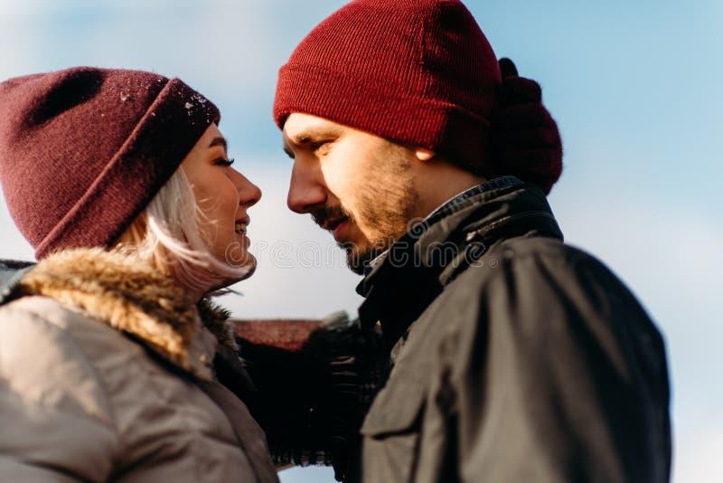 Junge Hippie-Paare, die im Winterpark sich umarmen stockfotos
