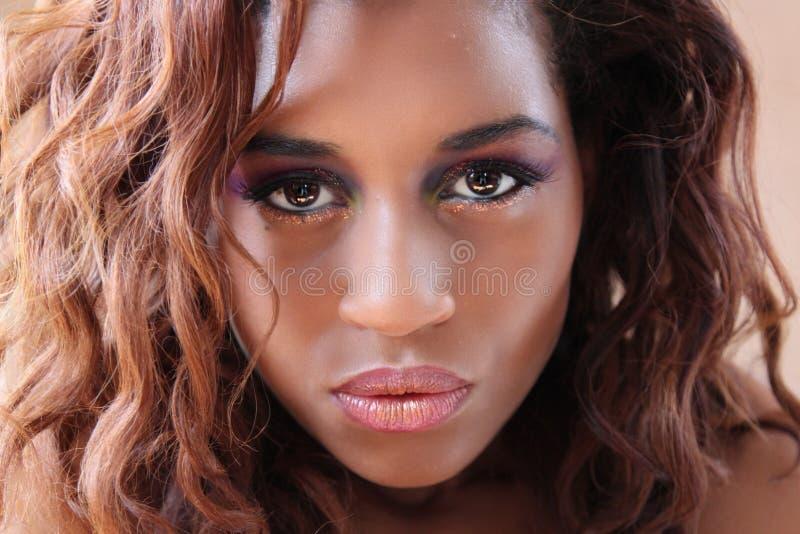 Junge hispanische schwarze Frau ein schwüler Schellfisch stockbild