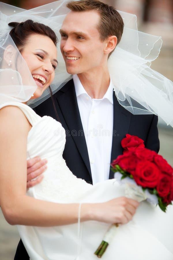 Junge Hochzeitspaare stockfotos