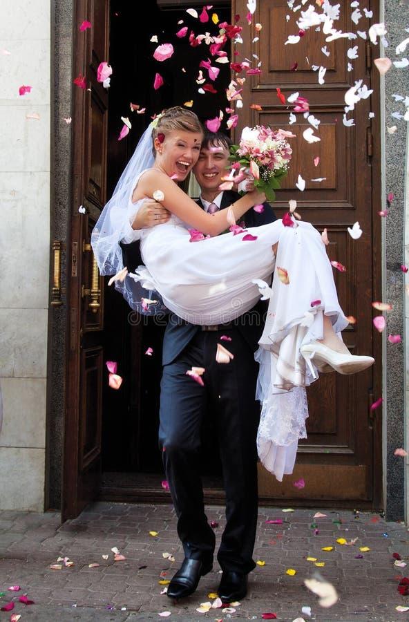 Junge Hochzeitspaare stockbilder