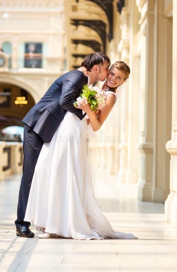 Junge Hochzeitspaare lizenzfreie stockbilder