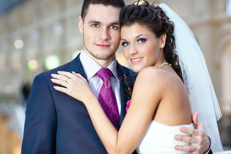 Junge Hochzeitspaare lizenzfreie stockfotos