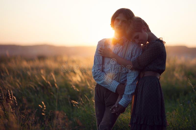 Junge Hochzeitspaare, die romantische Momente draußen auf einem summ genießen stockfoto