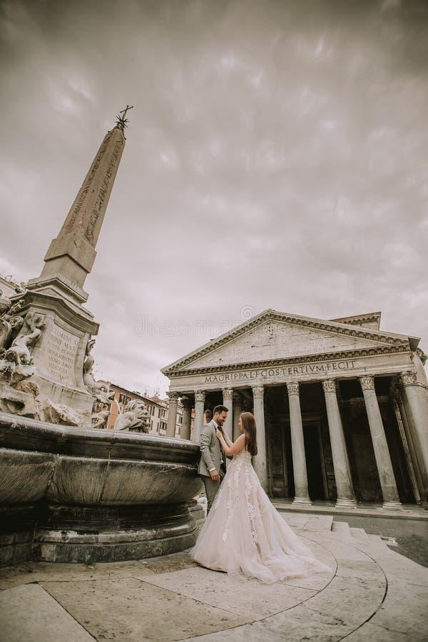Junge Hochzeitspaare durch den Pantheon in Rom, Italien stockfoto