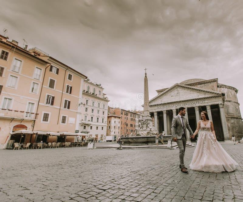 Junge Hochzeitspaare durch den Pantheon in Rom, Italien stockbild