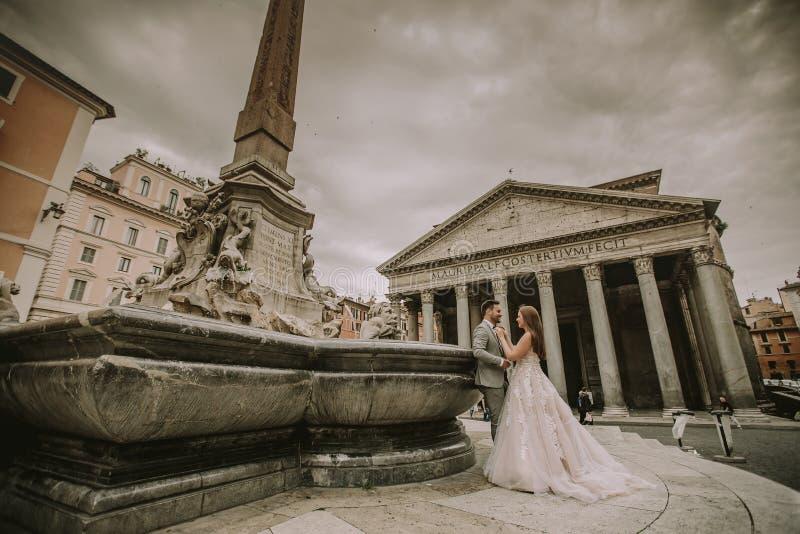 Junge Hochzeitspaare durch Pantheon in Rom, Italien lizenzfreies stockbild