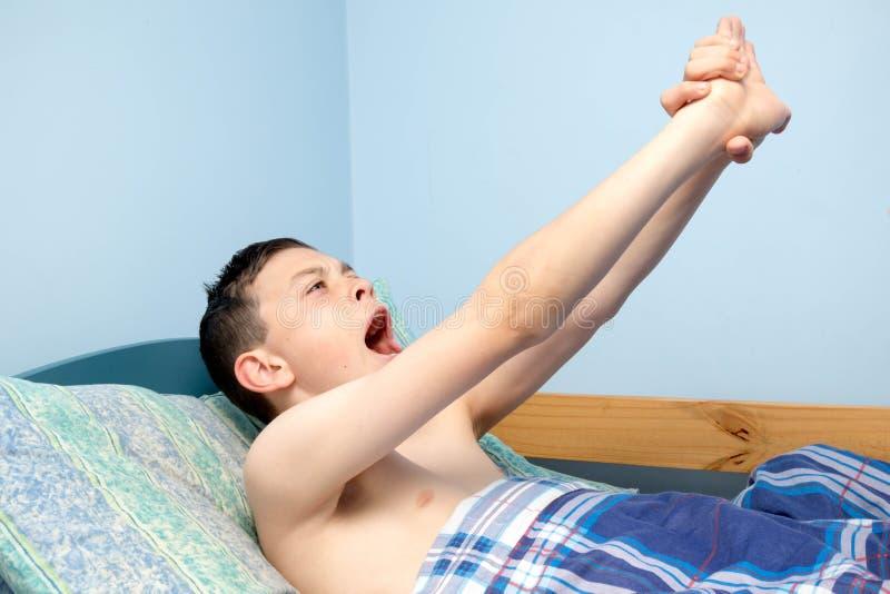 Junge im Bett stockfotos