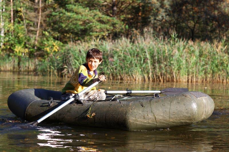 Junge im Boot lizenzfreie stockfotos
