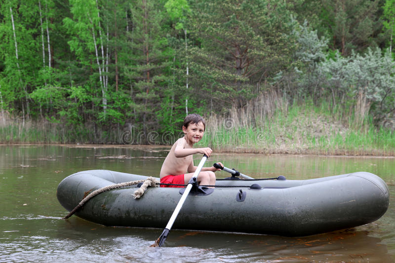 Junge im Boot stockbild