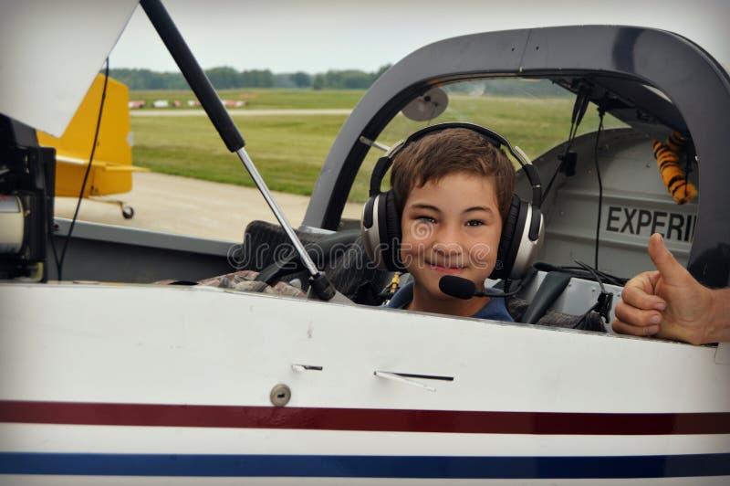Junge im Cockpit des Flugzeuges lizenzfreies stockbild