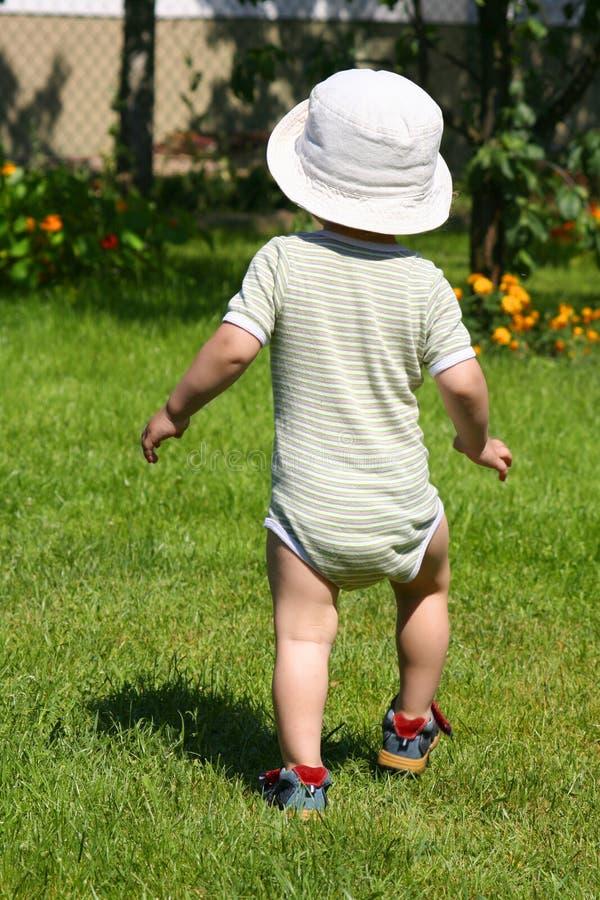Junge im Garten stockbilder