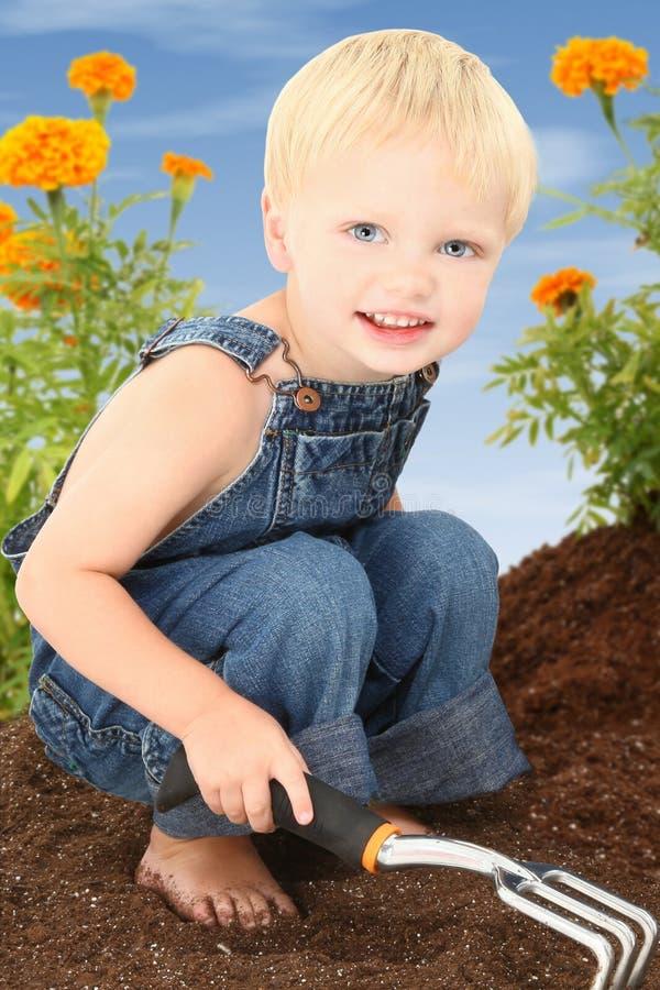 Junge im Garten lizenzfreie stockbilder