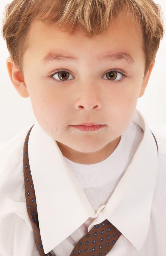Junge im Hemd und in der Gleichheit des Vatis stockfotografie