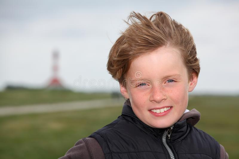 Junge im Herbstwind stockbild