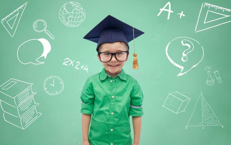 Junge im Junggesellehut und -brillen über Tafel stockfoto