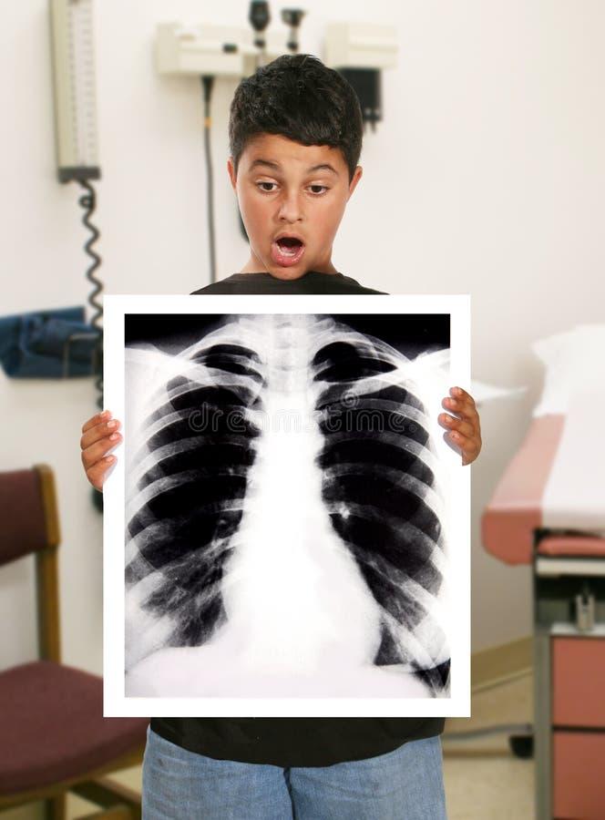 Junge im Krankenhaus lizenzfreies stockfoto