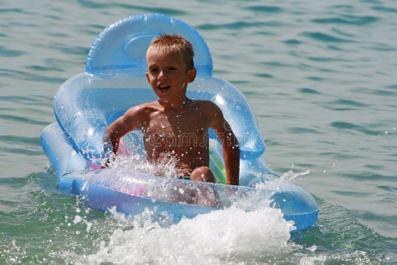 Junge im Meer stockbild