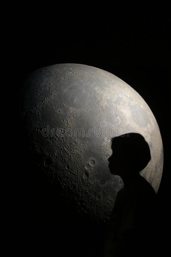 Junge im Mond lizenzfreie stockfotos