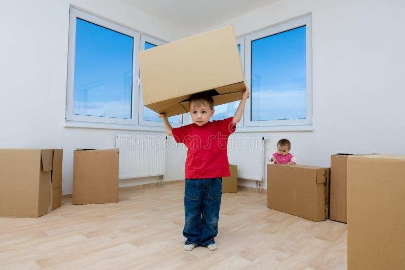 Junge im neuen Haus lizenzfreie stockfotografie