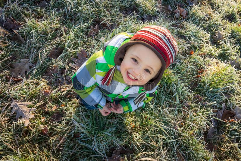 Junge im Park im Herbst stockfoto