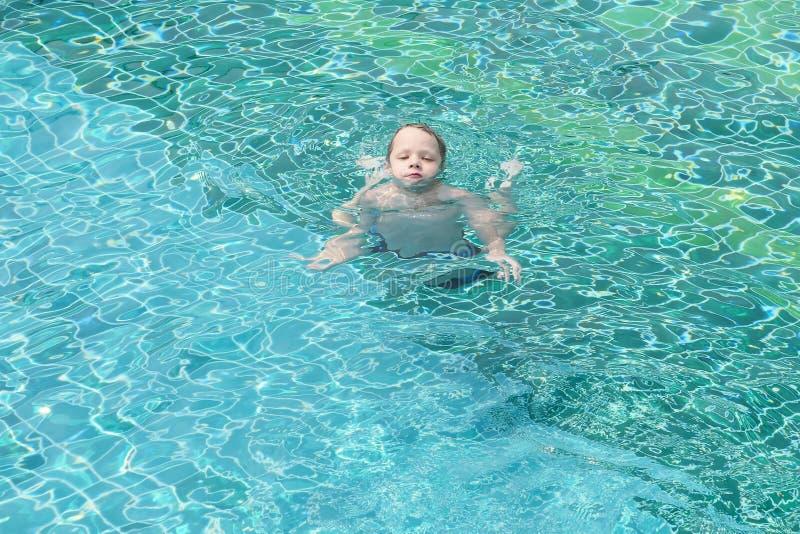 Junge im Pool stockfotos