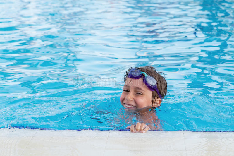 Junge Im Pool Stockfoto